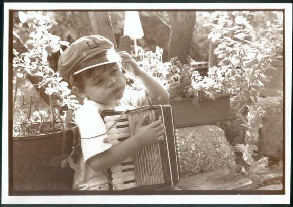 Le petit garçon à l'accordéon