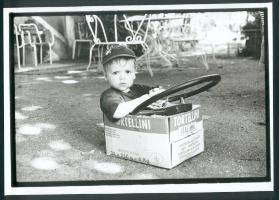 Le petit garçon dans le carton/voiture