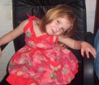 Trop belle dans sa robe rouge à fleurs !