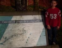Cédric devant un panneau d'informations