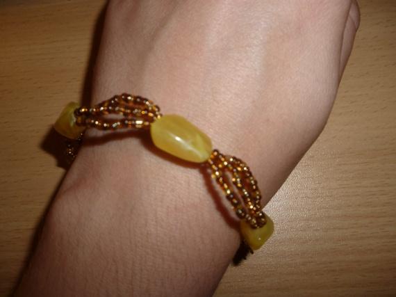 Bracelet en pierres = 5 euros