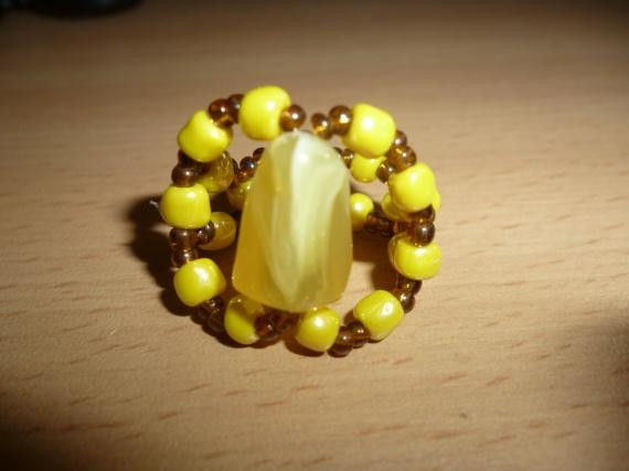 Bague en pierre jaune = 4 euros