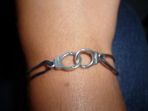 Bracelet menottes = 4 euros
