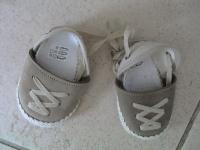 Petites chaussures 6 mois avec petits lacets montants.