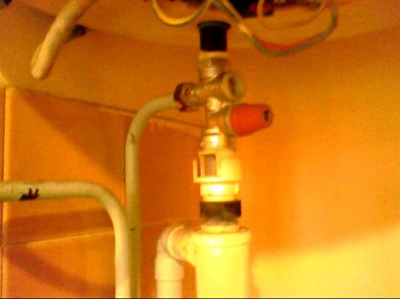 Fuite sous mon chauffe eau comment couper l 39 ariv e d 39 eau for Fuite d eau chauffe eau