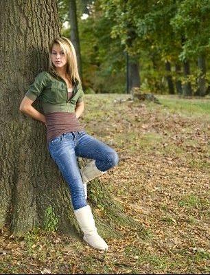 3741310-une-belle-jeune-fille-blonde-dans-le-parc