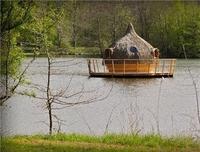 1219071-dormir-dans-une-cabane-flottante
