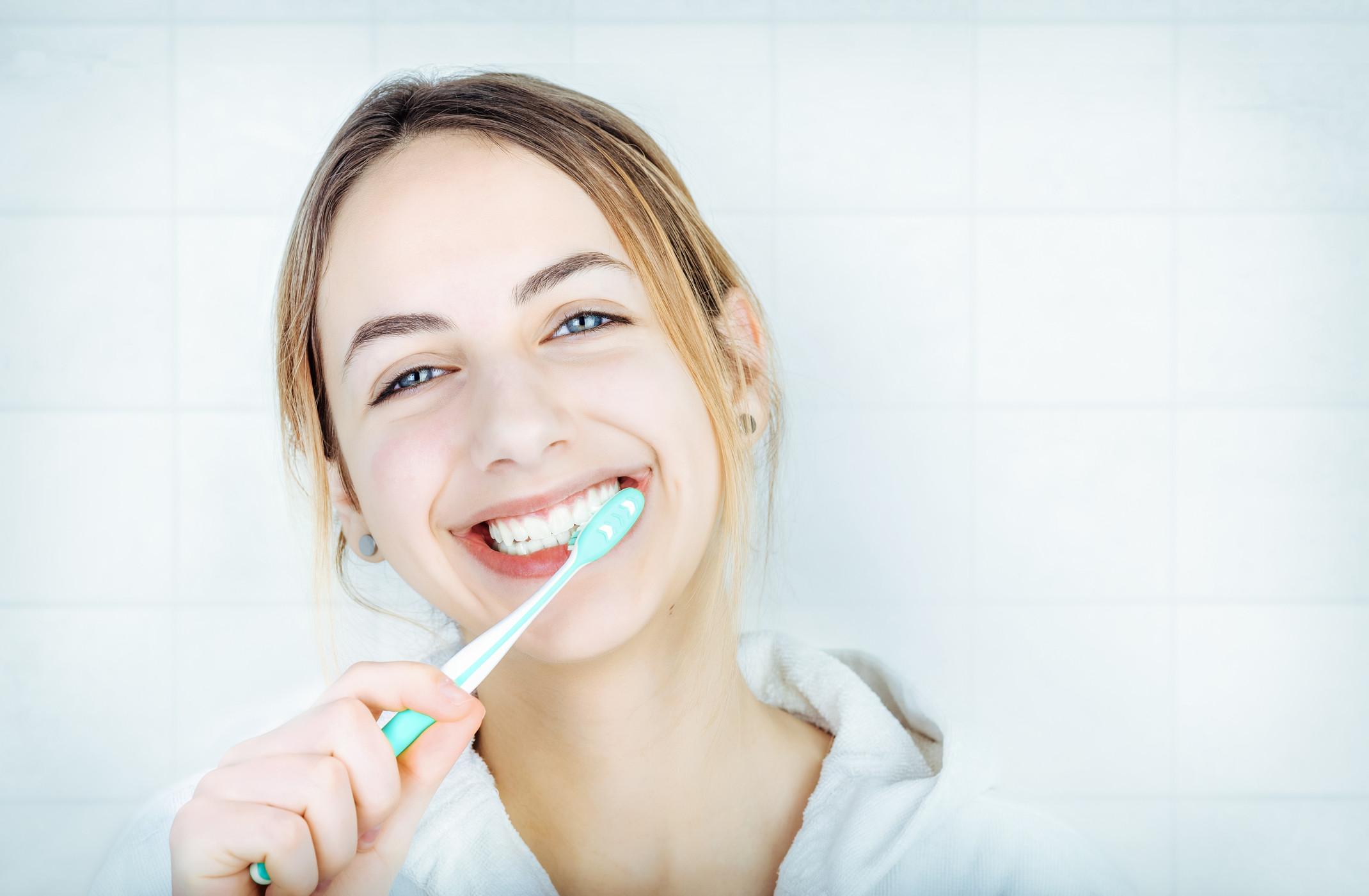 Comment blanchir ses dents naturellement chez soi .?