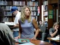 Une blonde dans une librairie