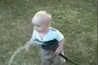 Un bébé boit par le tuyau - Vidéo Drôle