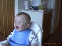 bebe fou de rire